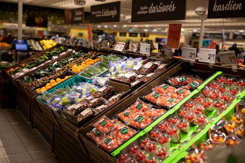 Nors pirmasis lietuviškas derlius šiemet atkeliavo anksčiau, dalis daržovių ir uogų gali vėluoti
