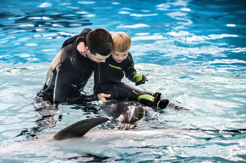 Delfinų terapiją išbandžiusių vaikų tėvai: pamatėme vaikų šypsenas