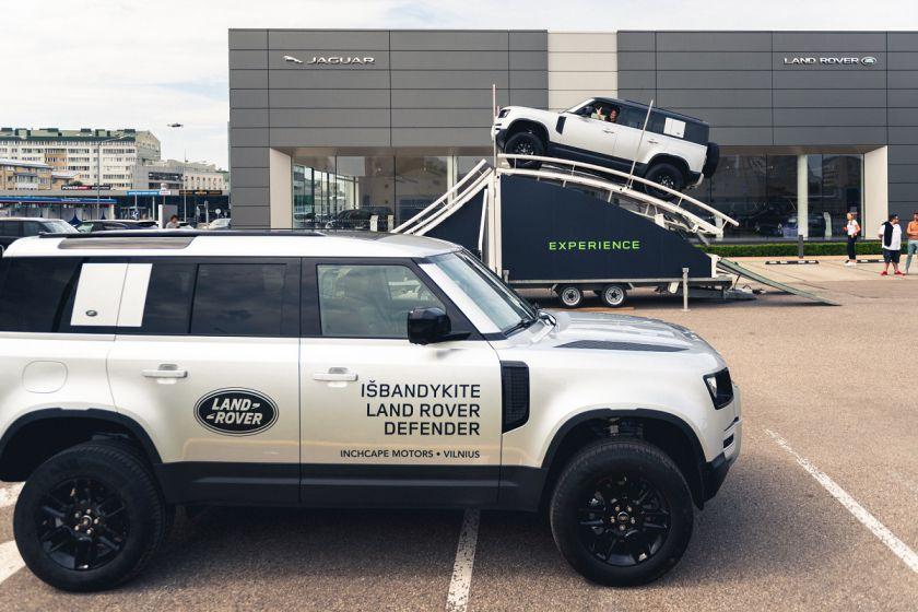 """""""Land Rover"""" bekelės iššūkis Vilniuje: unikalioje platformoje ekstremaliomis sąlygomis išmėginami visureigiai"""