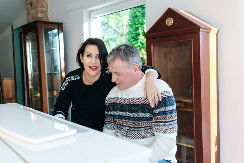 Kaip ir kuo savo naujus namus šildo žinomi Lietuvos atlikėjai Žilvinas Žvagulis ir Irena Starošaitė