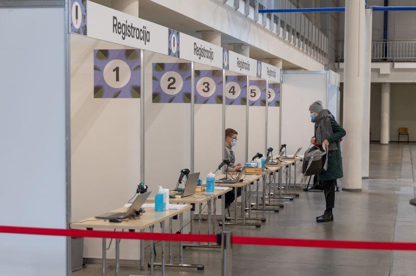 """Vilnius didelių įmonių darbuotojams siūlo """"Vaxzevria"""" vakciną"""